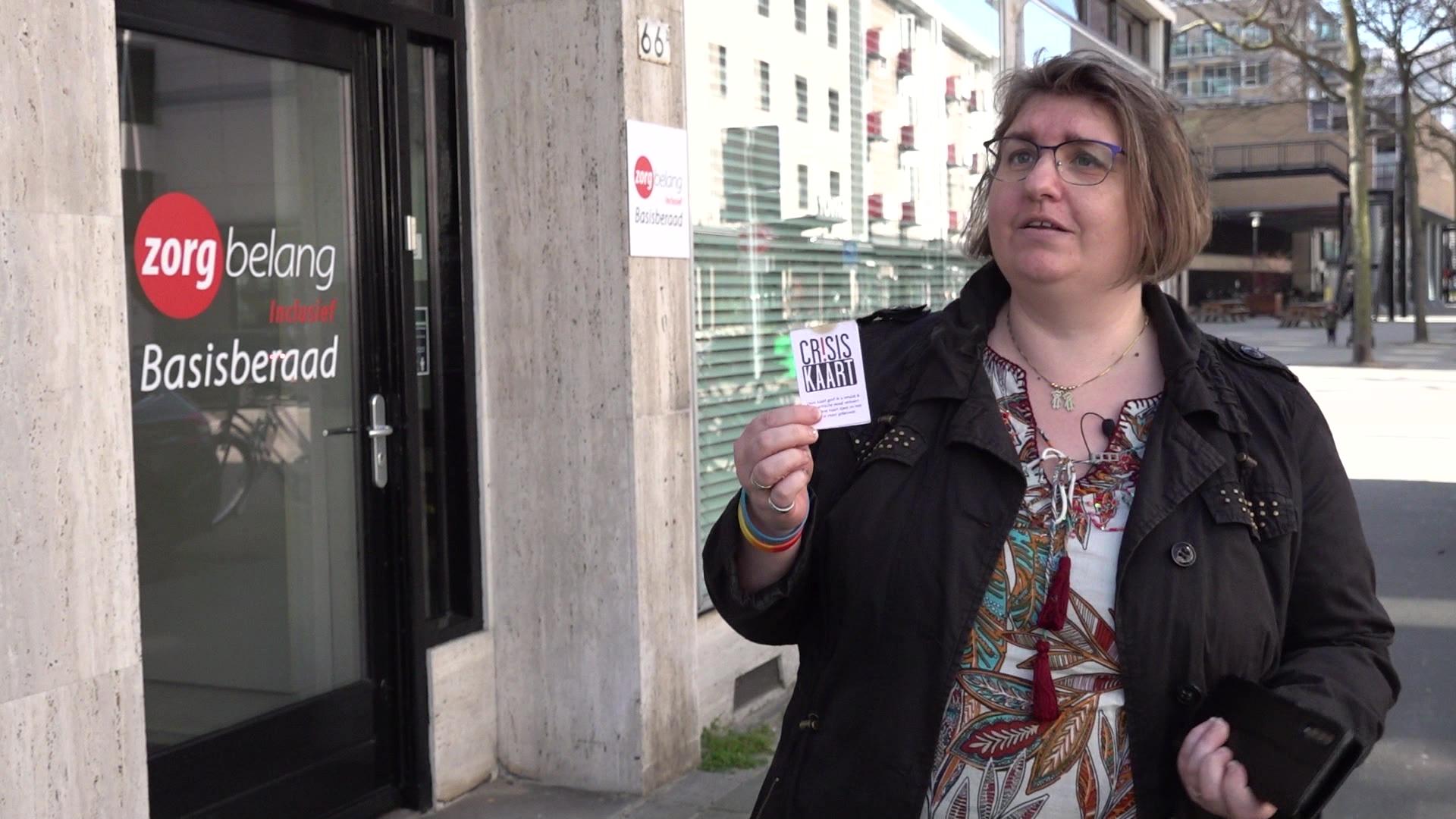 Met deze 'crisiskaart' op zak durft Tabitha de straat weer op