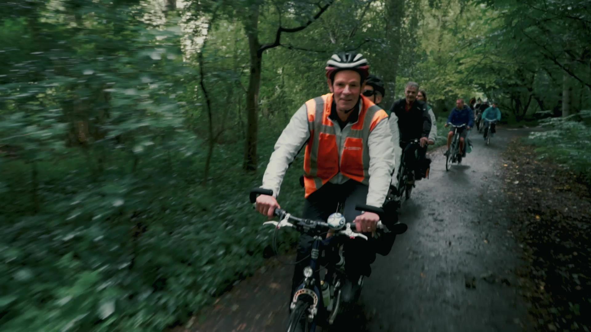 Tandemclub Rotterdam laat mensen met een visuele beperking weer fietsen